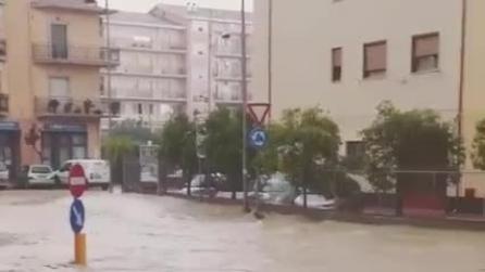 Alluvione a Corigliano Calabro: l'acqua scorre in strada e travolge ciò che incontra