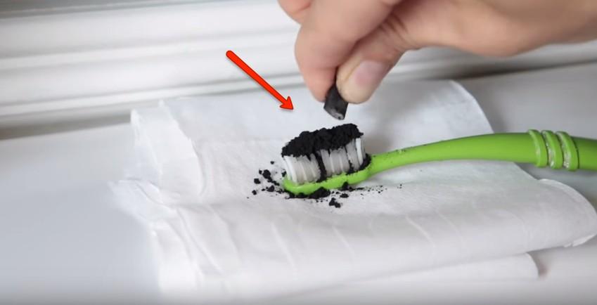 Mette del carbone sullo spazzolino, il motivo? Assolutamente geniale