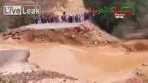 La potenza del fiume spazza via una ponte: immagini impressionanti