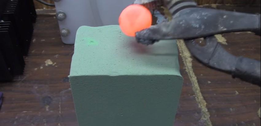 Ecco cosa accade quando mettiamo una palla di nichel caldo sulla schiuma floreale