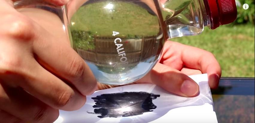 Colora il foglio di nero, poi avvicina una bottiglia d'acqua e guardate cosa accade