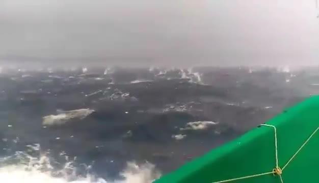 Sorpresi dalla grandine nel golfo di Pozzuoli: sembrano proiettili ma sono chicchi di ghiaccio