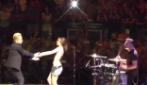 Bono chiama una sua fan napoletana sul palco: ecco il magnifico ballo a cui danno vita