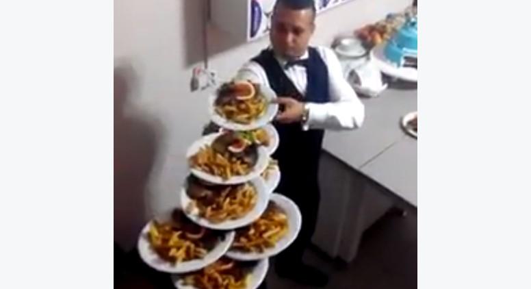 Come Portare I Piatti Cameriere.No Non Ha Un Vassoio Guardate Quanti Piatti E In Grado Di Portare