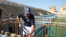 Mister Legrottaglie colora lo stadio insieme ai calciatori dell'Akragas
