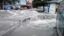 Colombia, nubifragio e alluvione trasformano le strade in fiumi in piena