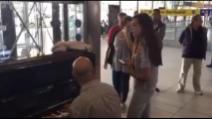 Napoli, canta My Way versione lirica al pianoforte della Stazione Centrale