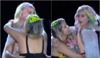 La fan sale sul palco e bacia Katy Perry: la reazione della cantante è tutta da ridere