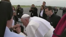 USA, Papa Francesco fa fermare la macchina per dare un bacio ad un ragazzo disabile