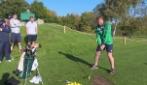 È il suo primo colpo al golf: osservate attentamente la mazza