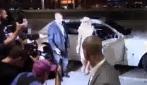 Lady Gaga, il fotografo la fa inciampare e lei lo fulmina con lo sguardo