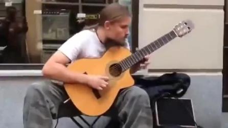 Al primo sguardo sembra un semplice chitarrista: sentitelo suonare e vi ricrederete