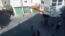 Soldati israeliani cacciati da Hebron: palestinesi lanciano pietre contro le camionette