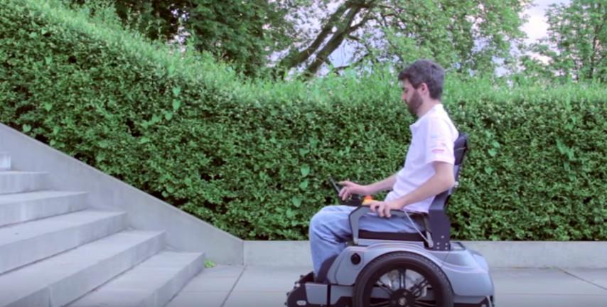 Arriva davanti le scale con la sedia a rotelle l for Sedia elettrica che sale le scale