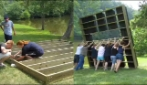 Solo quando capovolgono la struttura in legno capirai cosa hanno realizzato: l'idea geniale
