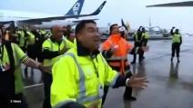 Stavolta sono gli All Blacks ad essere accolti dall'Haka: ecco cosa è successo all'aeroporto