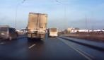 Sembra che il camion stia sbandando, guardate invece cosa è capace di fare l'autista