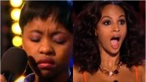 Sale sul palco per cantare ma quello che fa dopo pochi secondi lascia tutti a bocca aperta