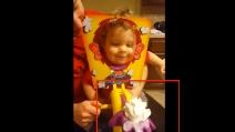 I genitori fanno uno scherzo al loro piccolo: la sua reazione è adorabile