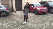 Melissa Satta palleggia come una calciatrice professionista