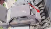 La vecchia auto ridotta in polvere in un minuto: le lame la tritano come burro