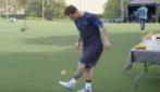 Messi palleggia proprio con tutto: incredibile con l'arancia!
