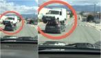 L'auto che trasporta il furgone sul tettuccio: le assurde immagini