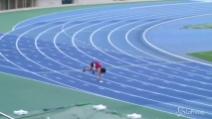 """Un record incredibile, l'""""uomo scimmia"""" percorre i 100 metri in pochissimo tempo"""