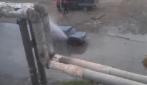 La tubatura si è rotta e c'è chi ne approfitta per lavarsi la macchina