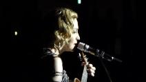 """Madonna canta """"La Vie en Rose"""" durante il concerto e commuove tutti"""