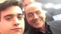 """""""Grande Silvio!"""" ma Berlusconi pensa alla sua amica """"È la tua fidanzata?"""""""