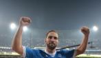 """Napoli-Inter 2-1, Higuain canta sotto la curva il coro """"un giorno all'improvviso"""""""