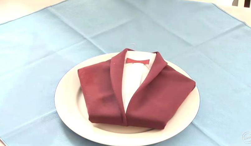 Piegare Asciugamani Forme : Piegare il tovagliolo a forma di giacca ecco come fare