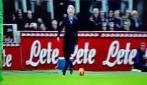 Papera per Mancini, calcia la palla ma finisce gambe all'aria