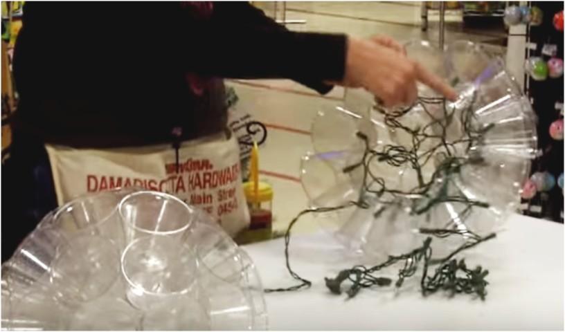Decorazioni Luminose Natalizie Fai Da Te : Come fare un addobbo natalizio luminoso fai da te con i bicchieri