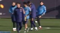 Barcellona, Messi prende la mira e colpisce in testa Piqué