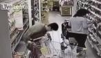 Donna defeca nel banco frigo di un supermercato