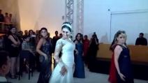 La sposa con le sue damigelle dedica un ballo sexy al marito