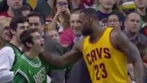 Il bellissimo gesto di LeBron James nei confronti di un giovane fan con disabilità