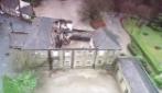 Il fiume spazza via il vecchio pub sul ponte, di oltre 200 anni fa