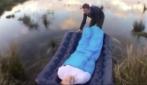 """Il """"diabolico"""" scherzo all'amico in campeggio: in mezzo al lago mentre dorme"""