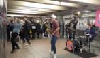 Concerto improvvisato nella metro, attenzione al ragazzo col sax: irresistibile!
