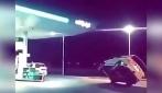 Guida l'auto su due ruote come se fosse una motocicletta: la polizia la confisca