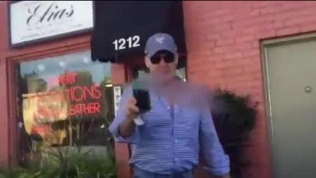 Michael Keaton si accorge di essere ripreso da un fan: ecco come reagisce