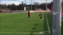 Il gol da posizione impossibile di Douglas Costa