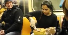 Si mette a decorare una torta sulla metro, il motivo è davvero nobile