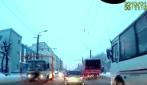 Scende dal taxi e si getta contro il bus: la scena incredibile in Russia
