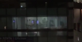 """Colleghi fanno sesso in ufficio: lo """"spettacolo hot"""" spiato dal palazzo di fronte"""