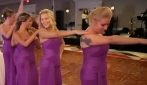 Vestite di viola si dispongono in linea retta: dopo pochi secondi le damigelle si scatenano