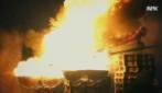 Lanciato nudo in mezzo al fuoco: immagini da brivido